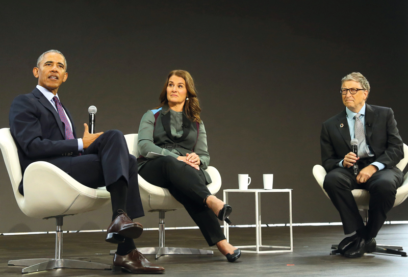 Former US President Barack Obama (left), Melinda Gates (centre) and Bill Gates (right) appear on stage during the Bill and Melinda Gates Foundation's Goalkeepers 2017 at Jazz at Lincoln Center in New York - Ph. PA
